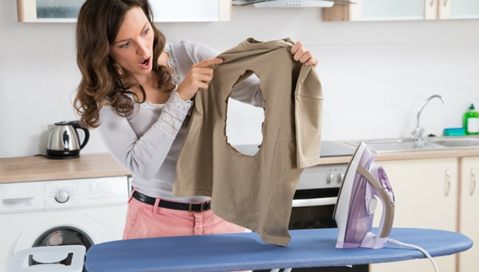 Putzfrau Bügeln Loch Schaden Hausratversicherung